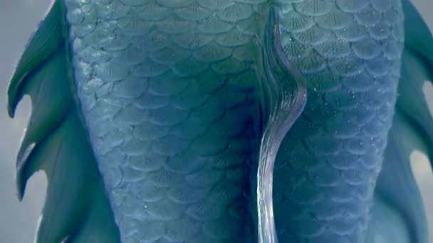 Detailní pohled jasně modré, které falešné panen ocas oblečený na ženu, zadní panorama z až dolů