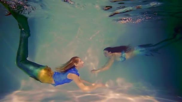 mořská panna je omílání ve vodě, otočila, její přítel mořská panna je plovoucí poblíž