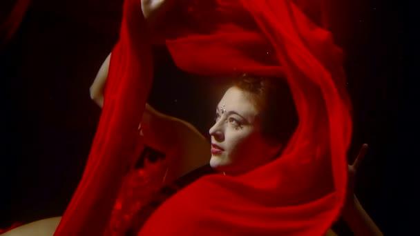 mýtické siréna s červenými vlasy pluje pod vodou je vyproštění sama od živé červené látky