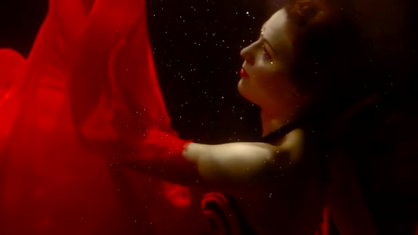 egyedül gyönyörű tündér nimfa, vörös hajú úszás egy éjszaka folyó sötét mélység, és keresi fel
