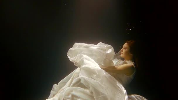 dramatickou tvář krásné ženy v hloubce tmavě mystické jezero, fantastický obyvatele hlubokého moře
