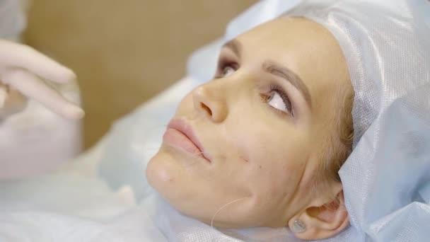 Médico dermatólogo cambia la forma de la mejilla de una mujer que ...