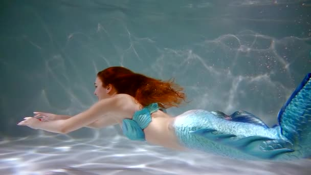 500 snímků za vteřinu. mořská dívka panna plave pod vodou roztáhne ruce