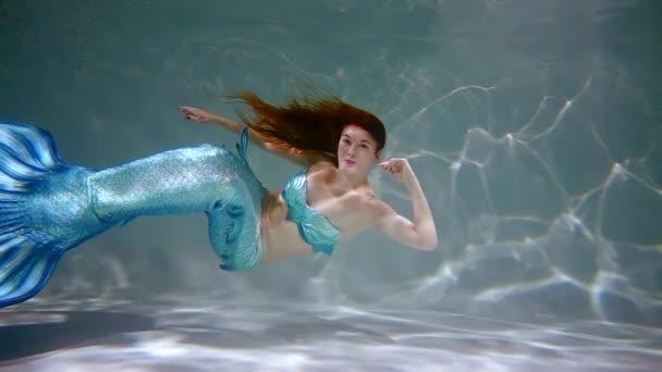 mladá mořská víla dívka s ocasem dlouhým modrým ryb plavání pod vodou. Zpomalený pohyb 500 fps