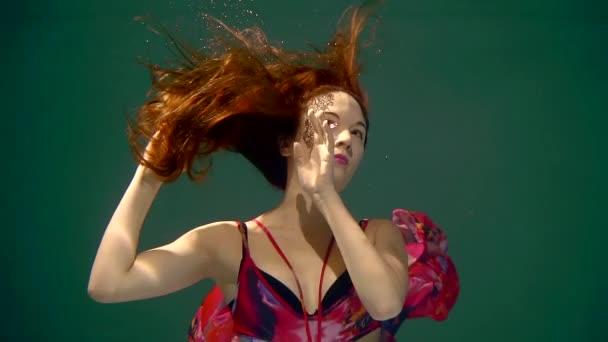 4caf5b41f43f Menina de cabelo vermelho sob a água com pintura de rosto em um lindo  vestido– gráficos de vetor