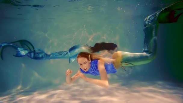 tajemná dívka ocas ryby s šupinami plovoucí ve vodním sloupci pohromadě