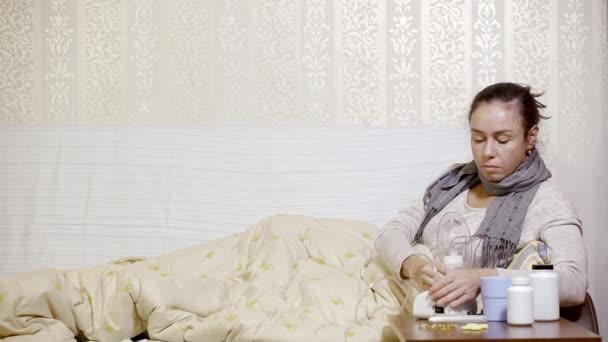 Frau liegt mit schwerer Grippe im Bett
