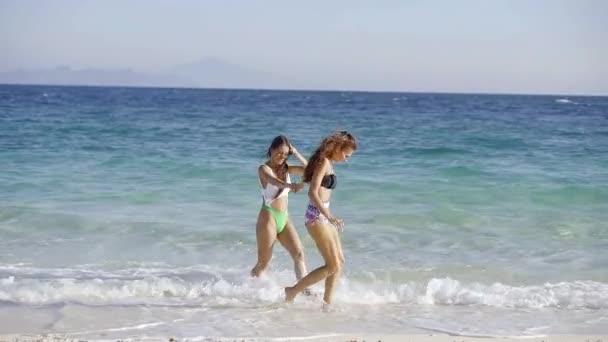 Két nő a enoyinig a nyaralás a tengerparton.