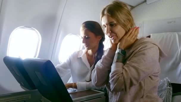 Dvě sexy ženy na prvotřídní letu.