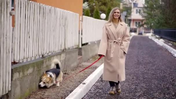 Der Blondschopf ging mit seinem Hund spazieren und bemerkte nicht, wie sich das Tier in der Toilette auf dem Rasen am Zaun des Hauses entledigte..