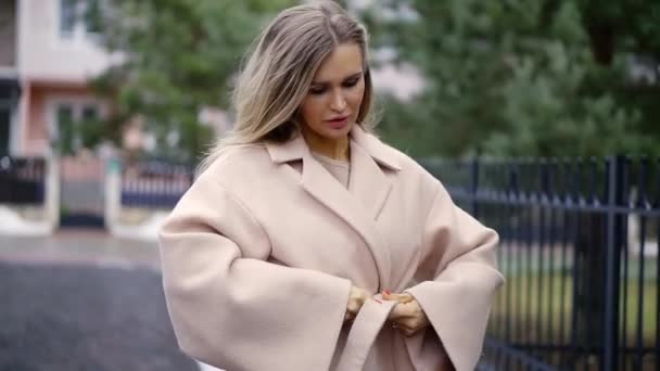 dívka narovná a vázání na kabát
