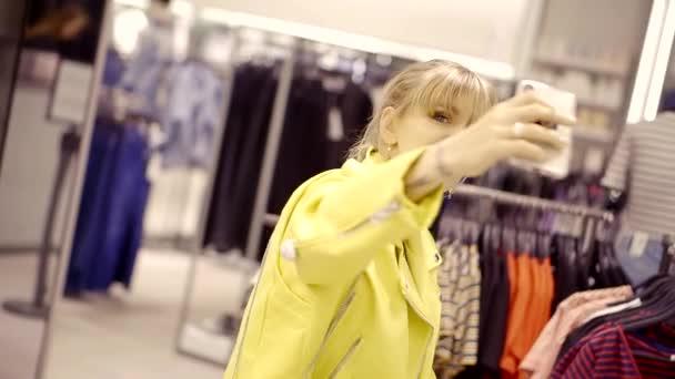 Veselý a šťastný mladý model pózuje na sobě nové šaty vnitřní