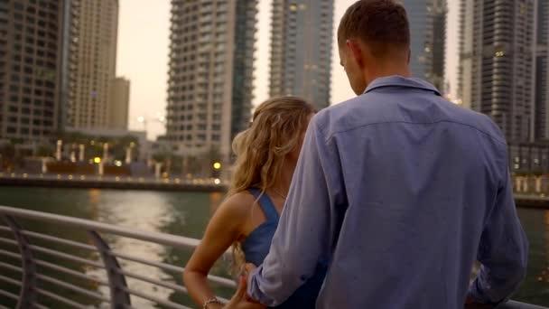 házastársak kiad egy romantikus estét a folyó és a magas épületek közelében