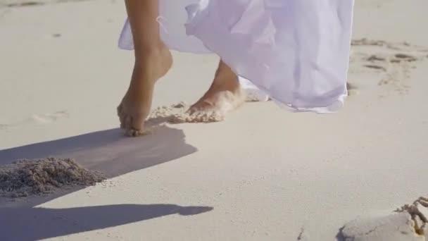 Порно момент под юбкой видео пляж андрейченко эротических