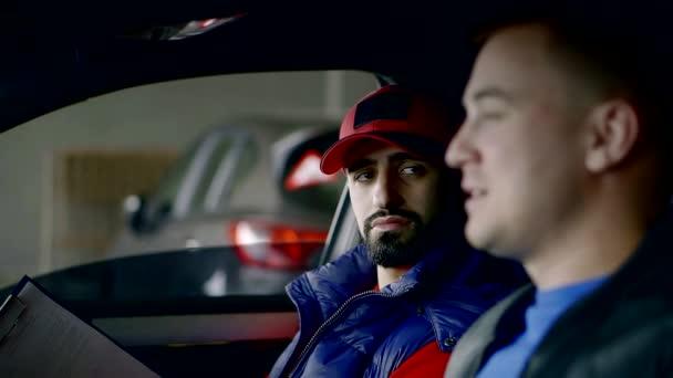 Detailní záběr portrét dvou mužů, obchod uvnitř auta