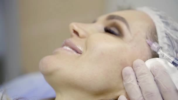 kosmetička je vkládání léky prostřednictvím injekční stříkačky v kůži na tváři pacientka, usmívající se žena