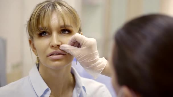 Kosmetikerin und Patientin Lippenform zu diskutieren und entscheiden sich Verfahren zu tun