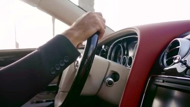 Zavřete záběr rukou muže, který se zabývá řízením vozidla, jede po silnici