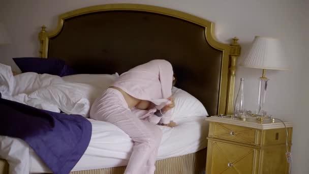 Sozinho Doente Mulher Loira Está Vestir Pijama é Acordar No Quarto
