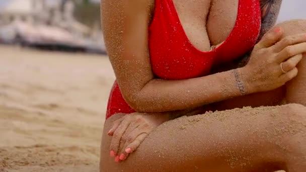 Zavřete záběr na ženách sexy tělo, který má velký prsa, baculaté rty, lady ležící na písku
