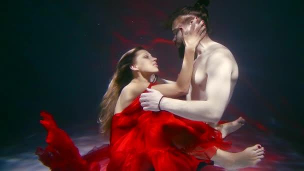 egy fiatal nő, és neki az ember a víz alatt vannak, egy házaspár eltávolítják a reklám fürdés közben