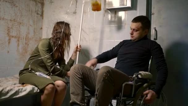mentálisan beteg, egy pszichiátriai Klinika. Egy lány és egy fogyatékkal élő ember megpróbál kommunikálni