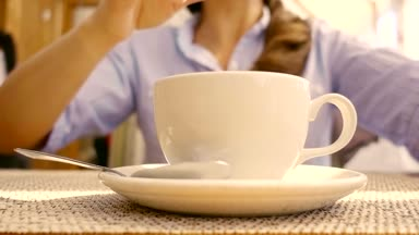 man uit verlichting tijdperk is gieten zelf een kopje thee ...