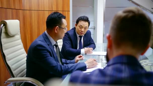 Asian businessmen in the discussion of the meeting of the modern office