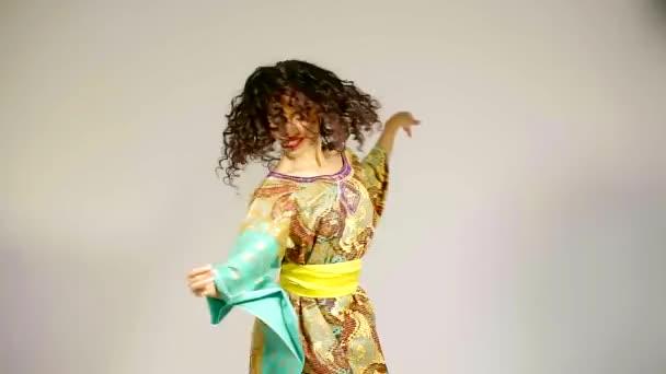 Afrikanische Mädchen tanzen und posiert mit nationalen Kleidung