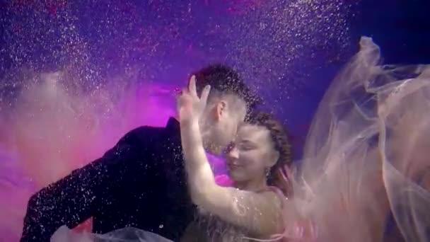 Porträt eines süßen leidenschaftlichen Paares, das sich unter dem Wasser umarmt.