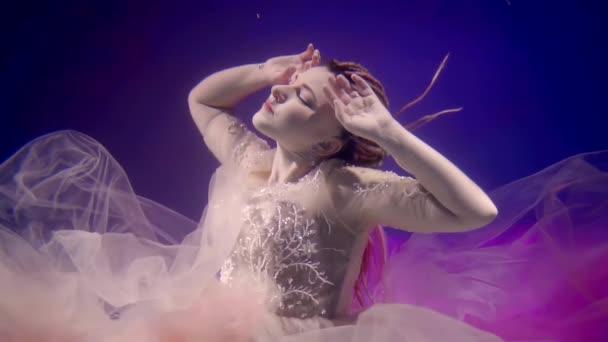 Nabídka mladá žena má na sobě bílou svěží šaty pluje pod vodou, zvedl jí hlavu nahoru a pohyblivé ruce
