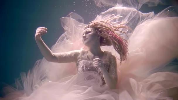 mořská panna je v prostoru pod vodou, roztáhla ruce na stranu a pohledu, udržet při životě