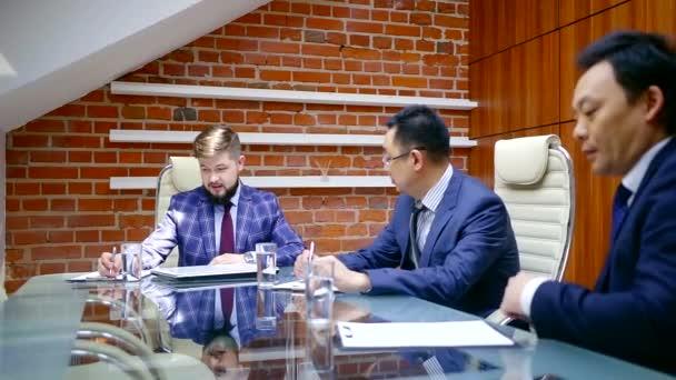 setkání manažerů a ředitel velké společnosti v konferenčním sále, tři muži diskutují