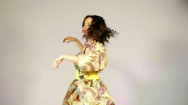 pěkně Africká žena skákající a whirlpool, tančí tradiční lidový tanec, stála sama ve studiu