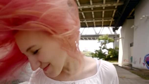Schönes Mädchen Mit Langen Rosa Haar Und Lächelt Glücklich Umdrehen Winken Den Kopf Von Seite Zu Seite Haare Fliegen Im Wind Die Natürliche Schönheit Eine Verschwommene Aussicht Auf Die Stadt