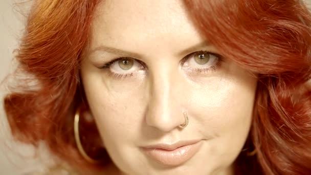 Vöröshajú zöldszemű felnőtt nő, keres, hogy egy kamera, lehunyta szemét közeli portréja