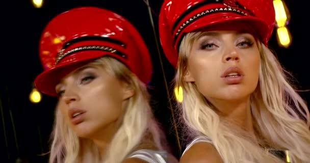 zpomalení zblízka portrét blondýny v kožené čepici odrážející se ve velkém zrcadle nočního klubu