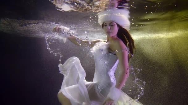 magie a romantická žena nosí oblek vánoční víla se vznáší pod vodou