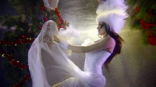 téli tündér nő mozog a víz medence, kép Hókirálynő