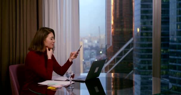 Üzleti nő távoli tanár vagy edző, vagy online iskolai mentor vagy internetes barátja néz laptop webkamera kamera és teszi video hívás