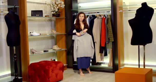 Roztomilé dívka šaty v nových šatech na stele shop
