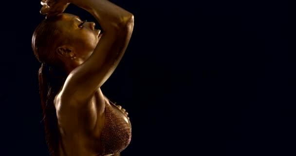 női kulturista mutatja be izmos sportos test, bőr borítja bronz színű