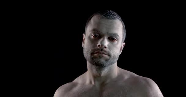 herec ukazuje smutek a frustrace zakrývající tvář ve studiu