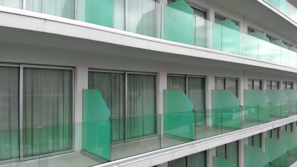 resort hotel s tyrkysovými přepážkami a průhlednými dveřmi