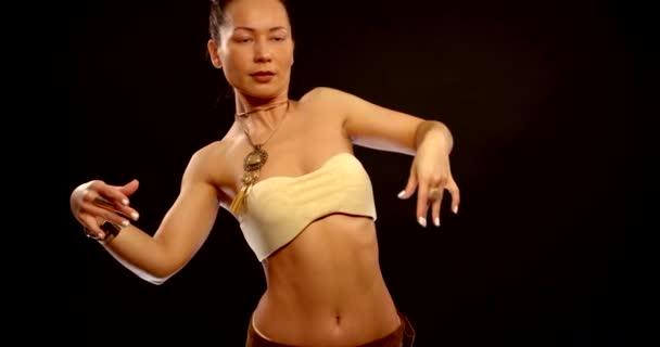 attraktive brünette Frau tanzt exotischen orientalischen Tanz im Zimmer, mittlerer Schuss