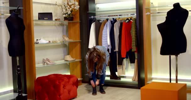 módní stylistka blogger žena se snaží oblečení v šatně, demonstrující módní vzhled