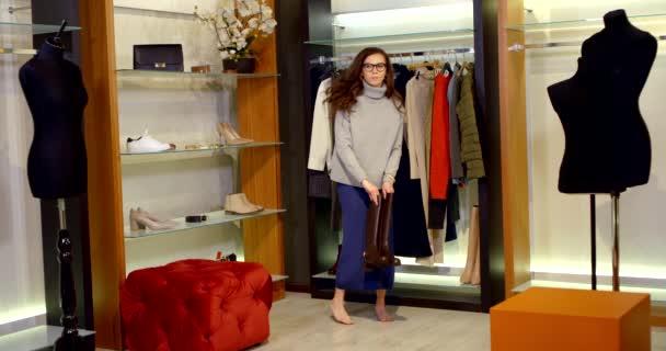 okouzlující žena si vybírá boty na šaty, dává hnědé boty do svého pokoje