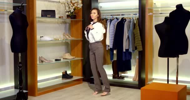 žena si vybírá oblečení pro setkání, vyzkoušení bílé košile, v šatně