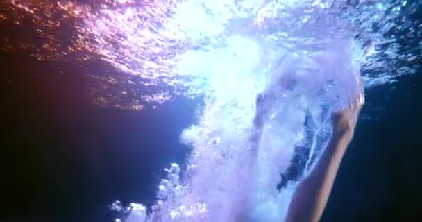nahý žena se ponoří do vody akvária, pod vodou záběr, plavání a plovoucí