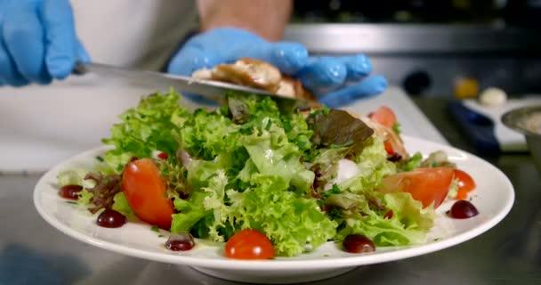 lahodný čerstvý cesar salát v kuchyni restaurace, kuchař podává to pro hosty